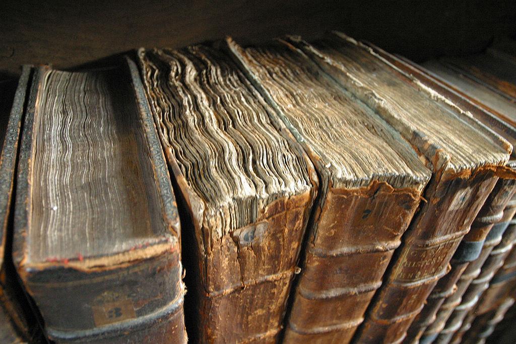 1024px-Old_book_bindings